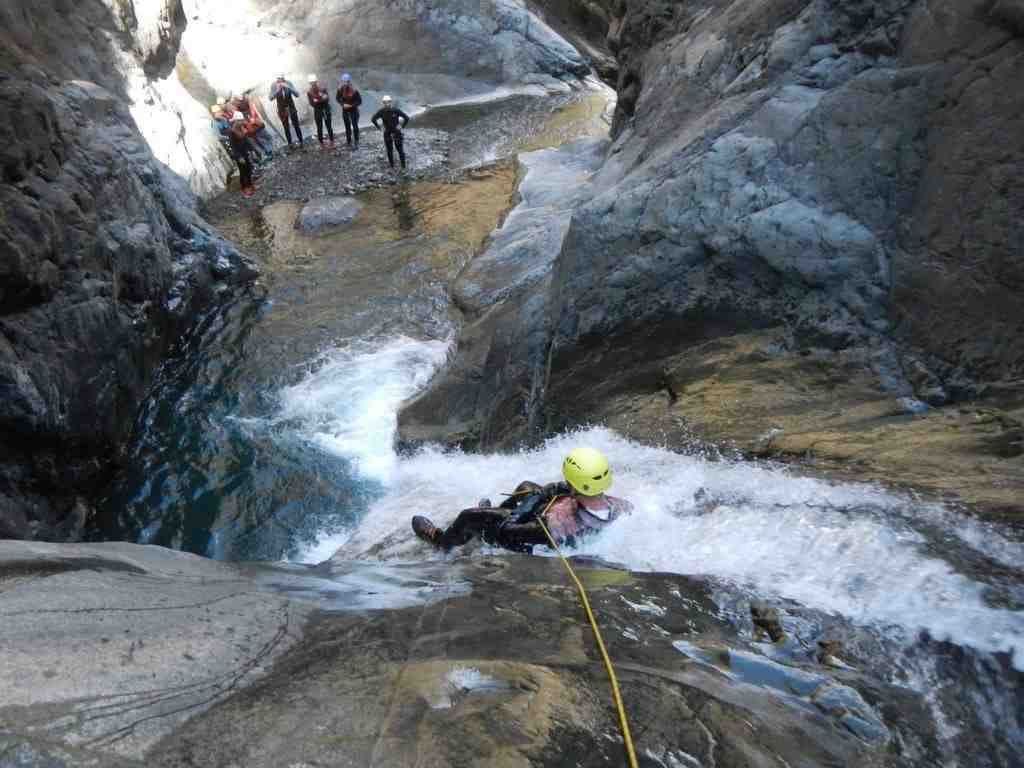 bras, rouge, canyon, canyoning